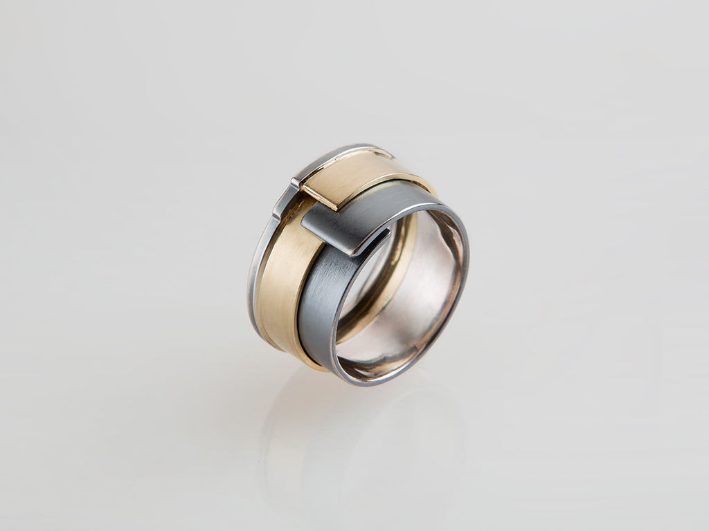 Ring 18kt yellow gold, oxidized sterling silver